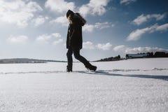 Meisje die door ijzig toneel de winterbos lopen stock fotografie