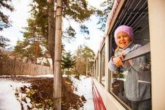 Meisje die door Kukushka oude trein in Georgië reizen stock foto