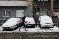 Meisje die door sneeuwstad lopen Stock Fotografie