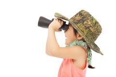 Meisje die door verrekijkers kijken Geïsoleerd op wit Royalty-vrije Stock Afbeelding