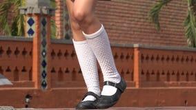 Meisje die Dragend Witte Sokken dansen stock video