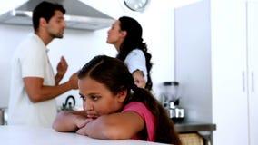 Meisje die droevig als oudersstrijd voelen stock footage