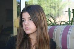 Meisje die droevig kijken Stock Foto