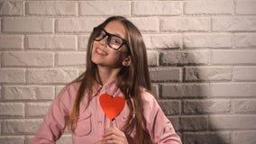 Meisje die een banner met rood hart houden Stock Foto's