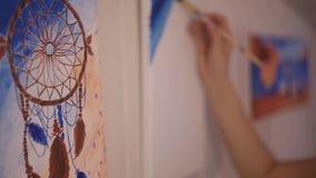 Meisje die een beeld in huisstudio schilderen Modelvrouw die haar beeld schilderen Art De vrouw trekt verven Meisje belast met cr stock video
