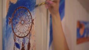 Meisje die een beeld in huisstudio schilderen Modelvrouw die haar beeld schilderen Art De vrouw trekt verven Dreamcatcher stock footage