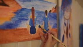 Meisje die een beeld in huisstudio schilderen Modelvrouw die haar beeld schilderen Art De vrouw trekt verven Dreamcatcher stock videobeelden