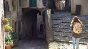 Meisje die een beeld van tuscanian stadsstraten nemen stock videobeelden