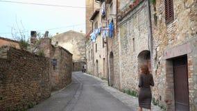 Meisje die een beeld van tuscanian stadsstraten nemen stock footage