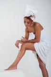 Meisje die een been ontharen royalty-vrije stock afbeeldingen