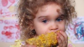 Meisje die een beet nemen uit maïskolven stock video