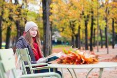 Meisje die een boek in een openluchtkoffie lezen Royalty-vrije Stock Afbeelding