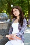 Meisje die een boek in haar handen houden royalty-vrije stock afbeeldingen
