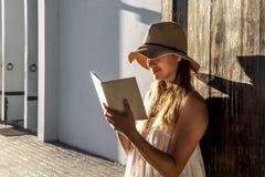 Meisje die een boek lezen bij dageraad stock afbeeldingen
