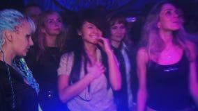 Meisje die in een club bij de partij in het licht dansen stock footage