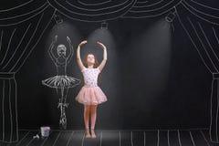 Meisje die een dansing ballet op het stadium dromen royalty-vrije stock afbeelding
