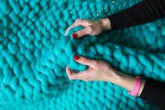 Meisje die een deken van merinoswol gebreide deken, close-up houden stock afbeeldingen