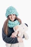 Meisje die een dikke sjaal en een hoed dragen Stock Foto's