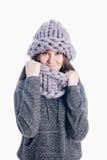Meisje die een dikke sjaal en een hoed dragen Stock Afbeeldingen