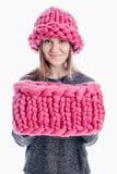 Meisje die een dikke sjaal en een hoed dragen Stock Foto