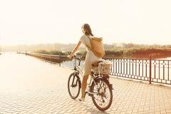 Meisje die een fiets in park berijden dichtbij het meer Royalty-vrije Stock Fotografie