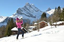 Meisje in de Zwitserse Alpen Stock Afbeelding