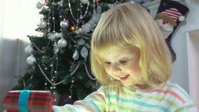 Meisje die een gift openen stock footage