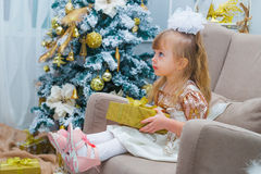 Meisje die een gift thuis in de woonkamer openen Royalty-vrije Stock Foto