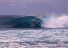 Meisje die een grote golf surfen stock foto