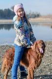 Meisje die een hond berijden. Royalty-vrije Stock Afbeeldingen