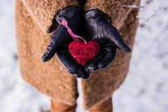 Meisje die een houten rode haard houden stock foto's