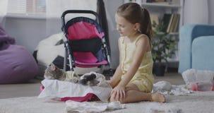 Meisje die een kat verzorgen