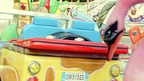 Meisje die een kleurrijke carrousel berijden stock footage