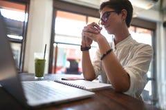 Meisje die in een koffie werken Freelance concept stock fotografie
