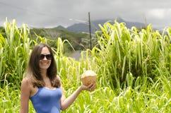 Meisje die een kokosnoot houden Royalty-vrije Stock Afbeelding