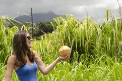 Meisje die een kokosnoot houden Royalty-vrije Stock Foto