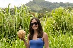 Meisje die een kokosnoot houden Stock Fotografie