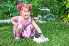 Meisje die een konijntje petting Royalty-vrije Stock Afbeeldingen