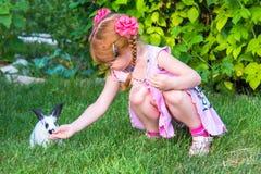 Meisje die een konijntje petting royalty-vrije stock foto's