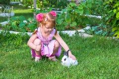 Meisje die een konijntje petting Royalty-vrije Stock Fotografie