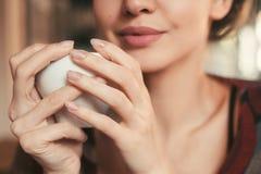 Meisje die een kop thee in hand houden Royalty-vrije Stock Afbeeldingen