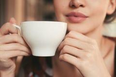 Meisje die een kop thee in hand houden Royalty-vrije Stock Afbeelding