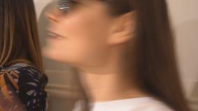 Meisje die een kus verzenden stock videobeelden