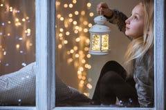 Meisje die een lantaarn houden royalty-vrije stock afbeelding