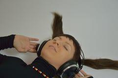 Meisje die een lied zingen of aan muziek luisteren Stock Afbeelding