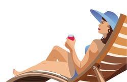 Meisje die in een ligstoel en het drinken wijn liggen Royalty-vrije Stock Afbeeldingen
