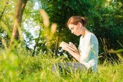 meisje die in een notitieboekje schrijven Royalty-vrije Stock Afbeeldingen