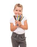 Meisje die een paar kleurrijke potloden op wit houden Royalty-vrije Stock Afbeelding