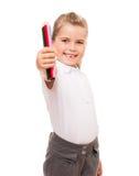 Meisje die een paar kleurrijke potloden op wit houden Stock Fotografie