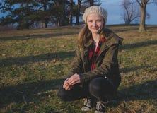 Meisje die in een park knielen Royalty-vrije Stock Foto's